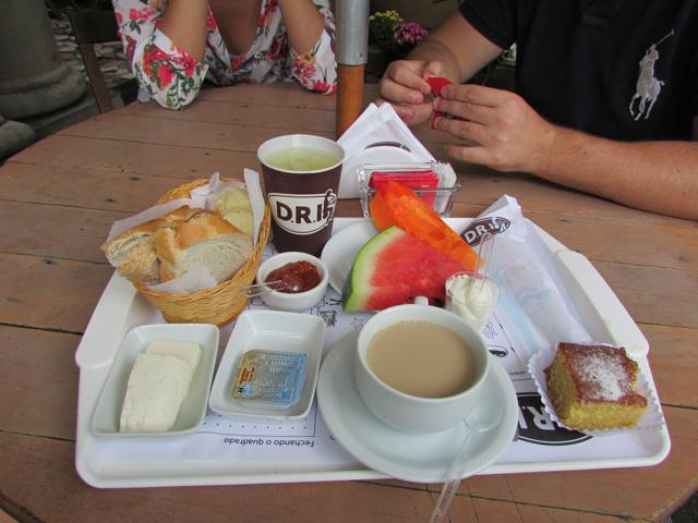 Bandeja de café da manhã no Parque Lage