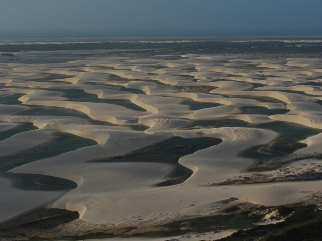 sobrevoo de monomotor nos lençois maranhanses. Foto mostra as dunas e lagoas que se formam